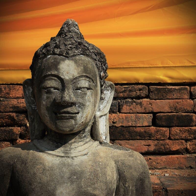 Sten för Buddhastatyskulptur med den guld- framsidan i tempelbuddhis arkivbild