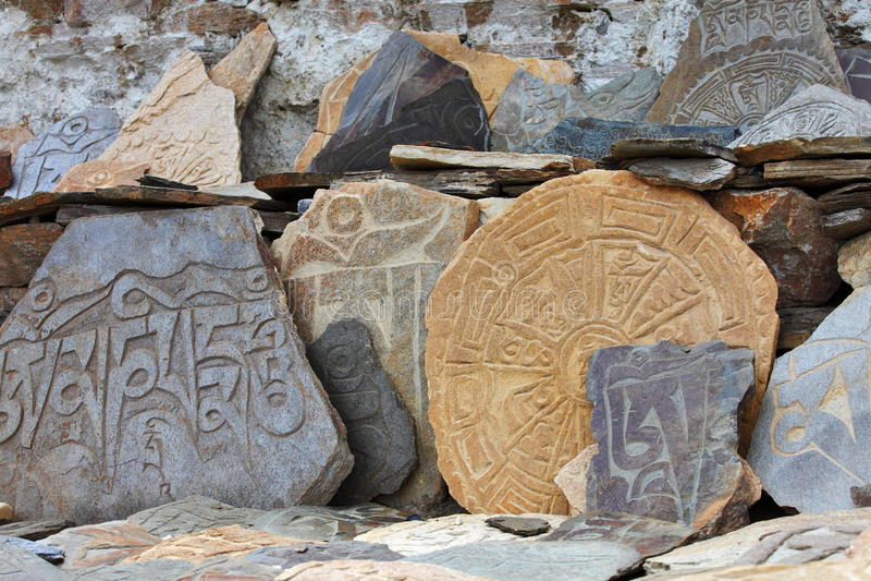 Sten för Mani stenâ med mantras royaltyfria bilder