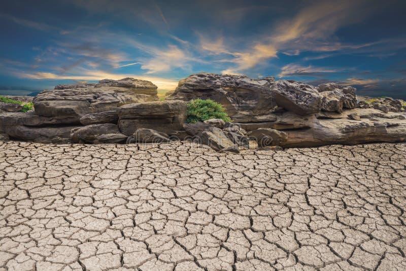 Sten för torka för jordjordöken bruten, landskapmoln och blått royaltyfri foto