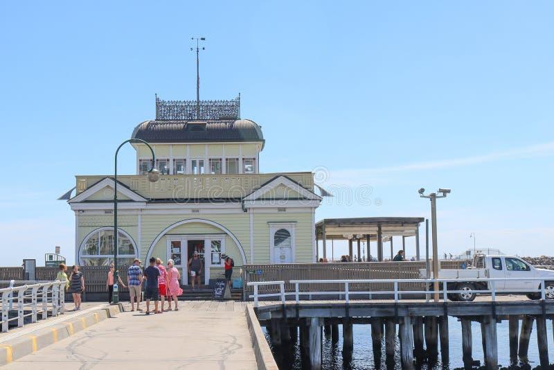 Sten Kilda Pavilion är en historisk kiosk som lokaliseras på slutet av St Kilda Pier royaltyfria bilder