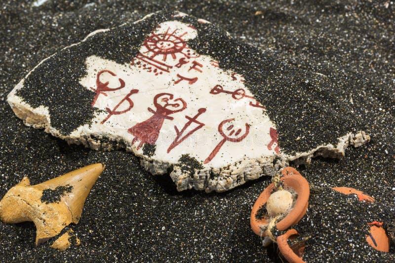 Sten med petroglyphs på sanden arkivfoto