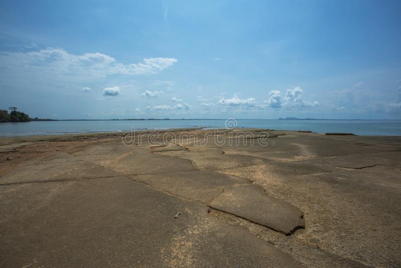 Sten och fossil- strand, Krabi stad, Thailand royaltyfria bilder