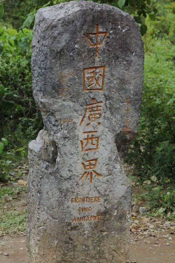 Sten på gränsa mellan Kina och Vietnam. royaltyfria foton