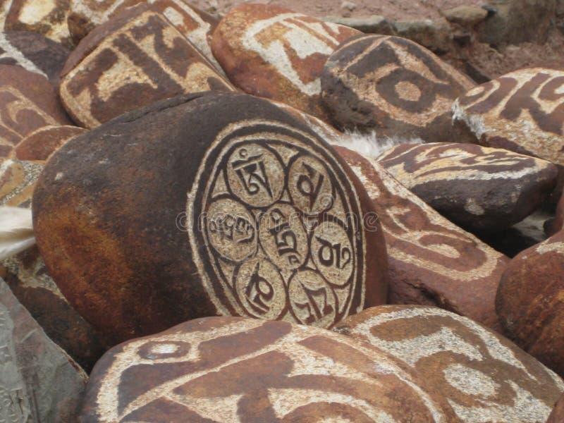 Sten som snidas med symboler av prosperity_2 royaltyfria bilder