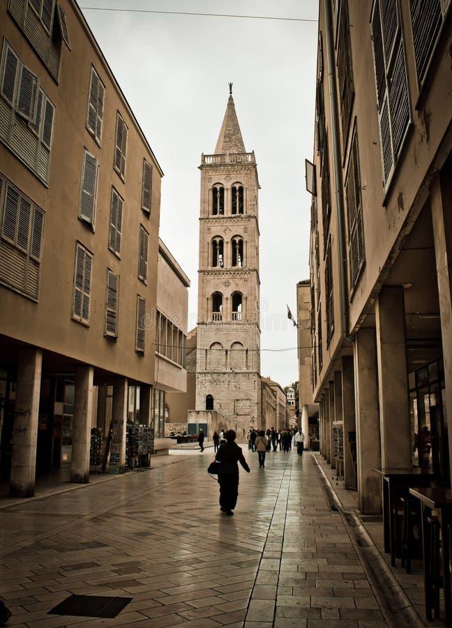 Sten stenlagd dalmatian gata i Zadar royaltyfri bild