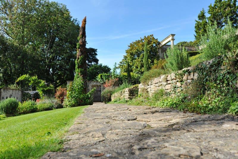 Sten stenlagd trädgårds- bana royaltyfria foton