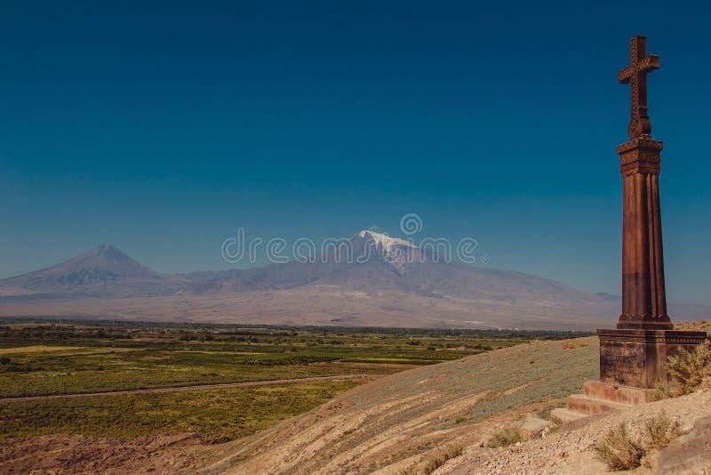 Stena argt khachkar på kullen av den Khor Virap kloster Berg Ararat på bakgrund Undersökande Armenien Turism- och loppbegrepp fotografering för bildbyråer