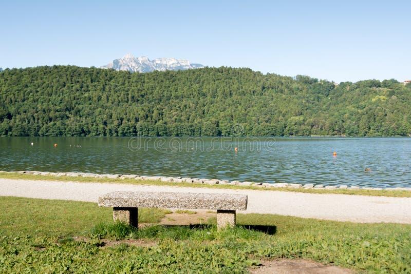 Stena bänken på Levico sjön, Dolomiti, Italien fotografering för bildbyråer