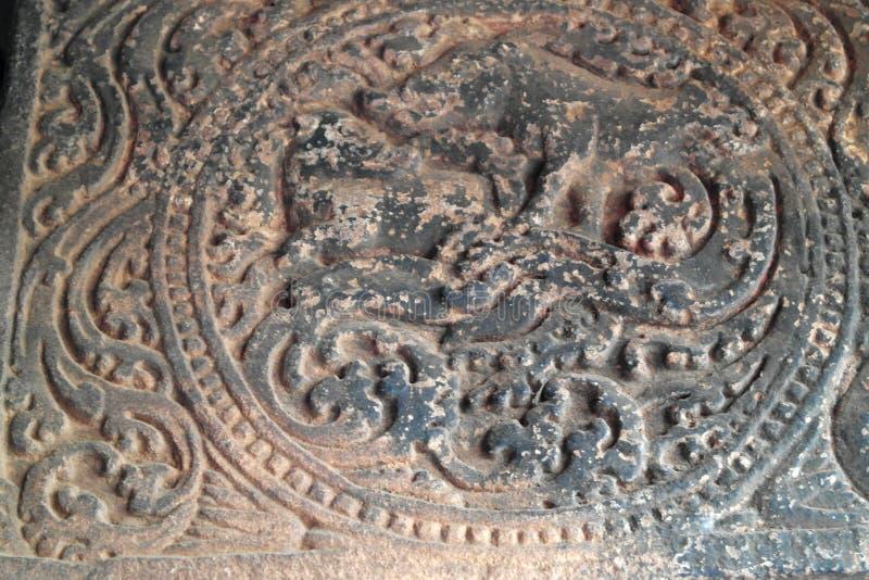 Stena basreliefer de dekorera väggarna och taken av forntida indiska tempel royaltyfria foton