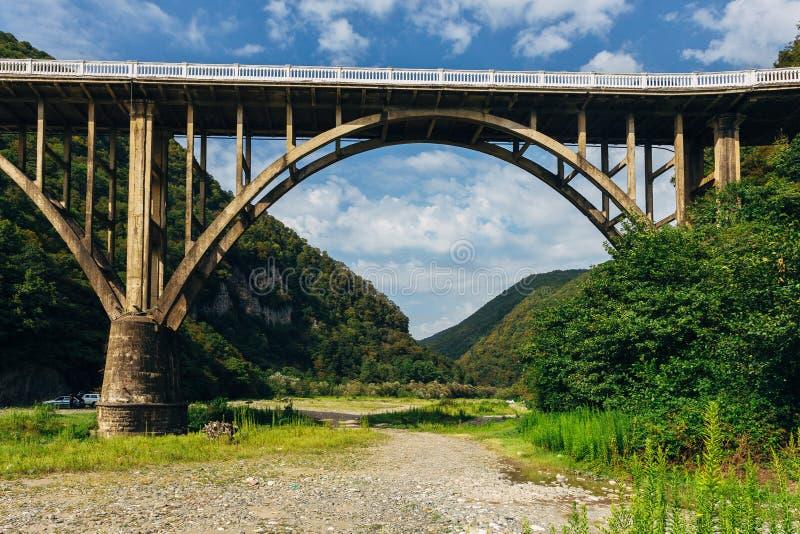 Stena bron över klyftan av floden Gumista, Abchazien royaltyfri bild