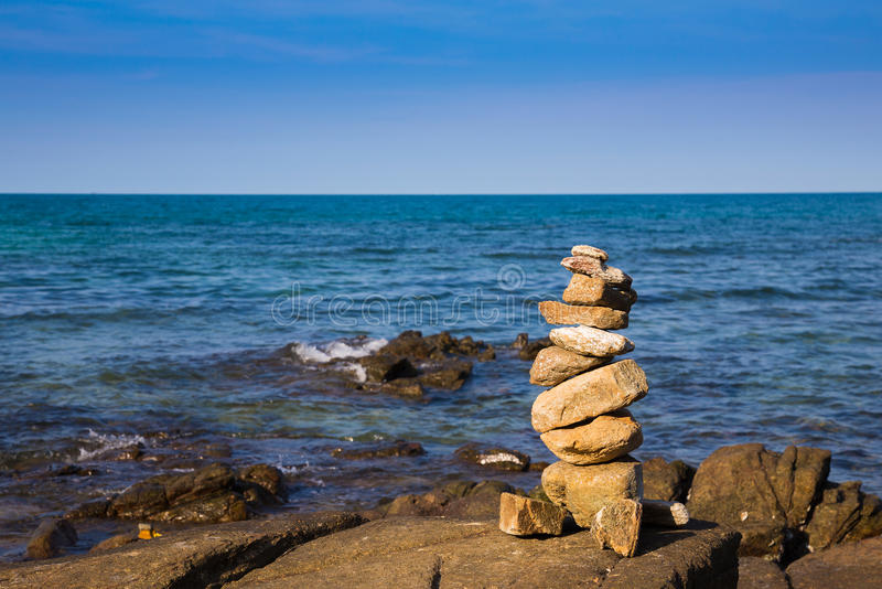 Stena bunten över vagga med havhorisont royaltyfri bild