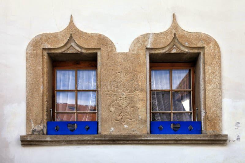Stena dekorerade fönster på det gamla huset, Schweiz royaltyfria bilder