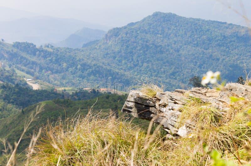 Stena eller vagga landskapet på den Phu Chifa Forest Park View Point med låg vinkel för berg och för himmel royaltyfria bilder