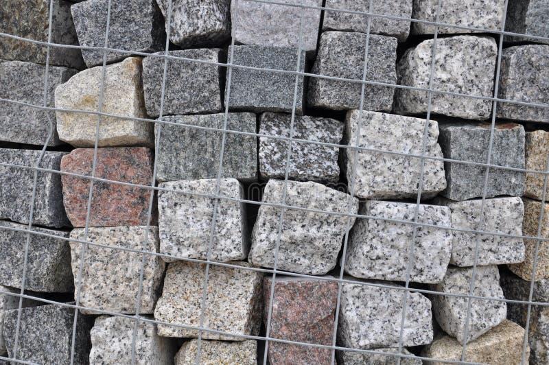 Stena förberedande stenar av granit i en containe royaltyfri foto