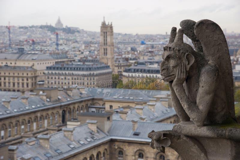 Stengargoyle som förbiser Paris från Notret Dame arkivbilder