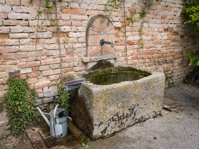 Stena ho som framme står av en tegelstenvägg royaltyfri foto