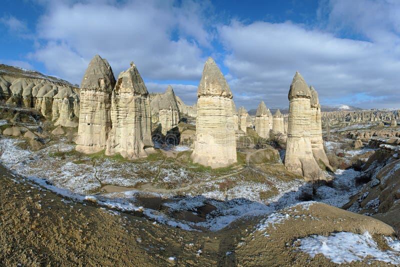 Stena kolonner i den Gorcelid dalen i Cappadocia, Turkiet fotografering för bildbyråer