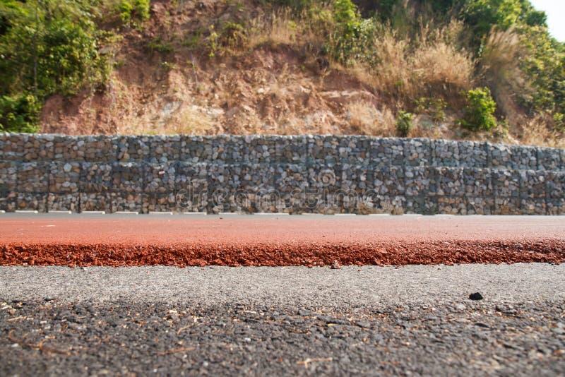 Stena kvarteret för att förhindra jordskred längs vägen arkivfoto