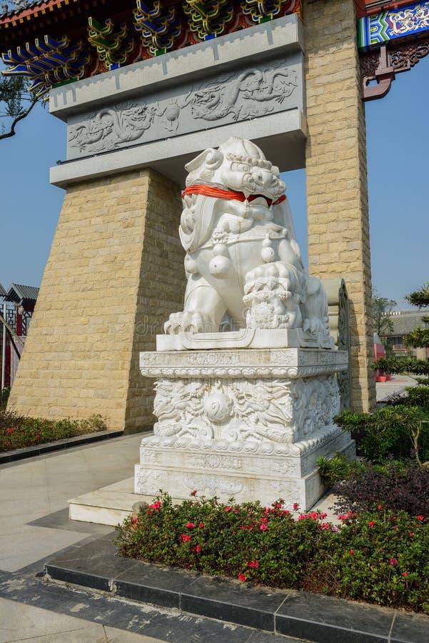 Stena lejonet på den minnes- nyckeln på solig dag arkivfoto