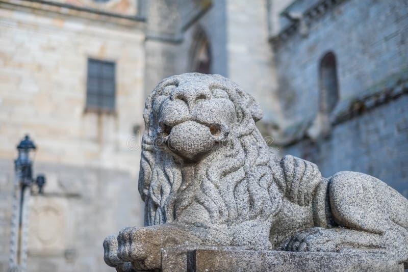Stena lejonet som bevakar den gotiska domkyrkan av Avila arkivbild