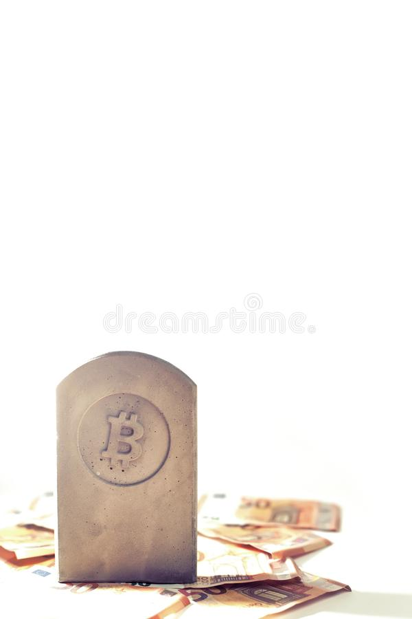 stena monumentet/gravstenen med bitcoinsymbol på en hög av sedlar royaltyfria foton