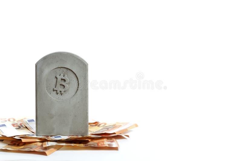 stena monumentet/gravstenen med bitcoinsymbol på en hög av sedlar royaltyfri fotografi
