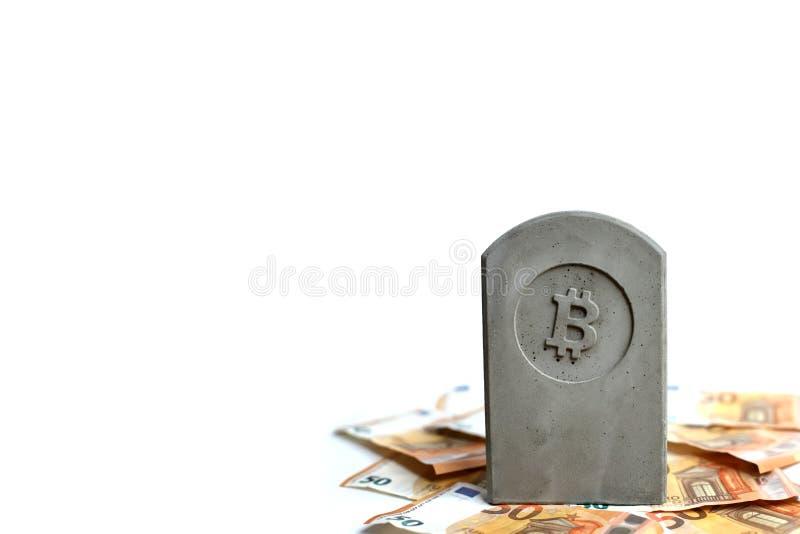 stena monumentet/gravstenen med bitcoinsymbol på en hög av sedlar royaltyfria bilder