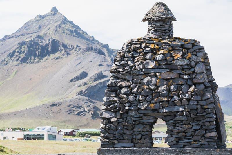 Stena monumentet till mytologisk hjältebardur i arnarstapi royaltyfria foton