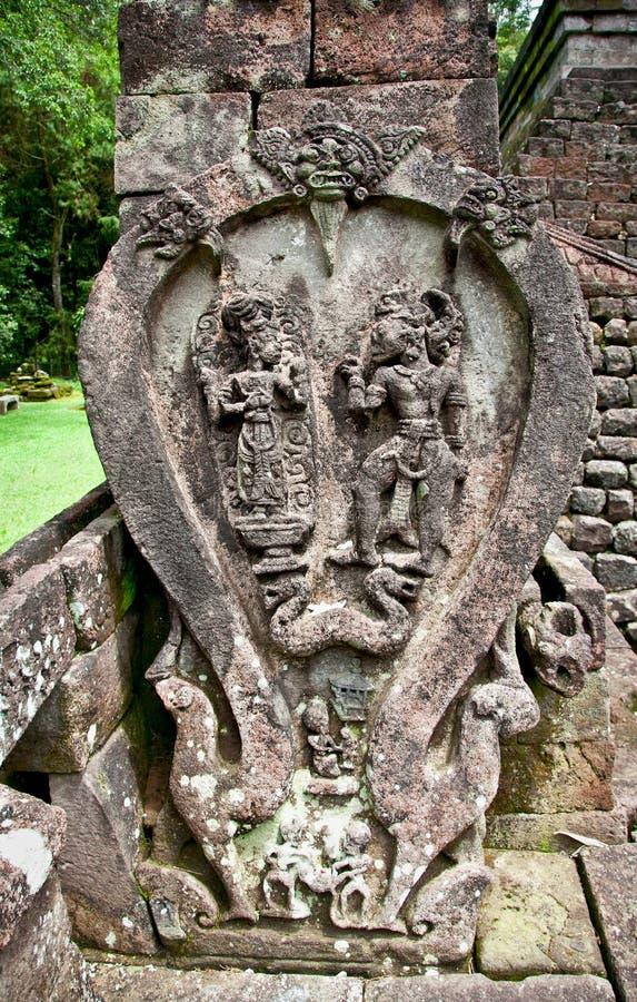 Stena på skulptur i det forntida erotiska Candi Sukuh-Hinduiska tempelet fotografering för bildbyråer