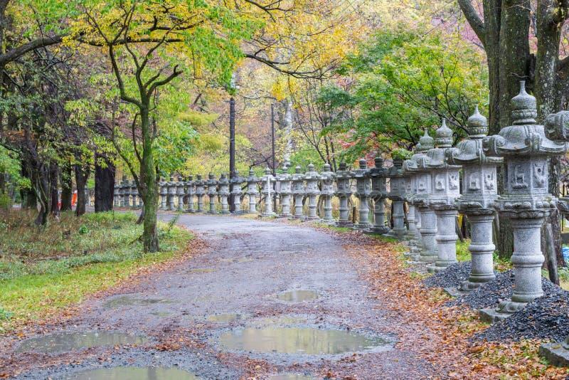 Stena pelarlyktabanan nära sjön Yunoko i höst, i Nikko royaltyfri bild
