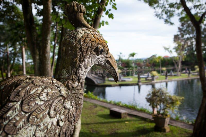 Stena skulpturfågeln av templet i Bali Tirta Gangga arkivbilder
