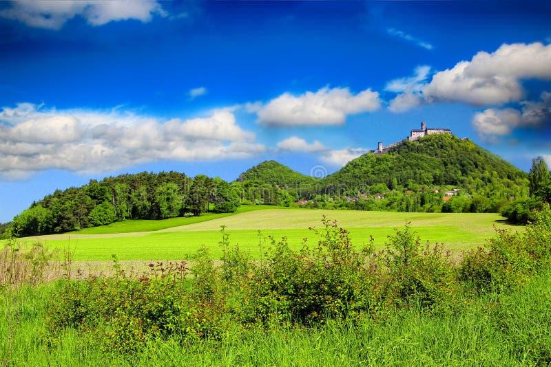 Stena slotten på kullen med blå himmel för s royaltyfria bilder