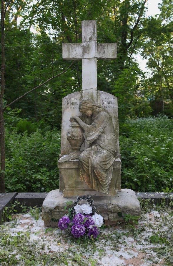Stena sockeln av statyn av gravstenar i den gamla kyrkogården gravvalvskulpturmonument till modern av sörjandet och korset royaltyfri fotografi