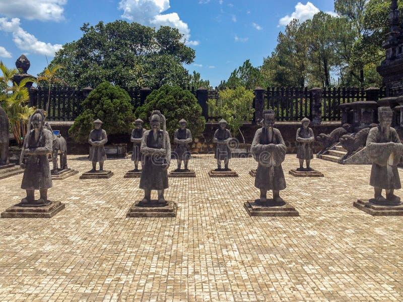 Stena statyer, imperialistiska Khai Dinh Tomb, tonen, Vietn royaltyfri bild