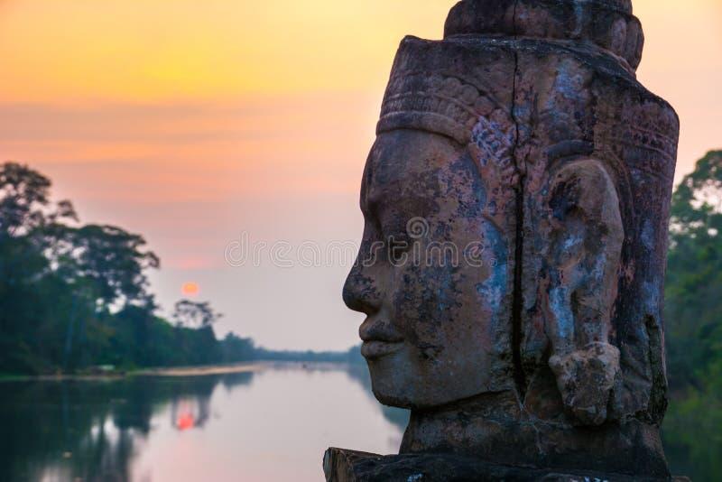 Stena statyn på den near porten för vägbanken av Angkor Thom i Siem Reap, arkivbilder