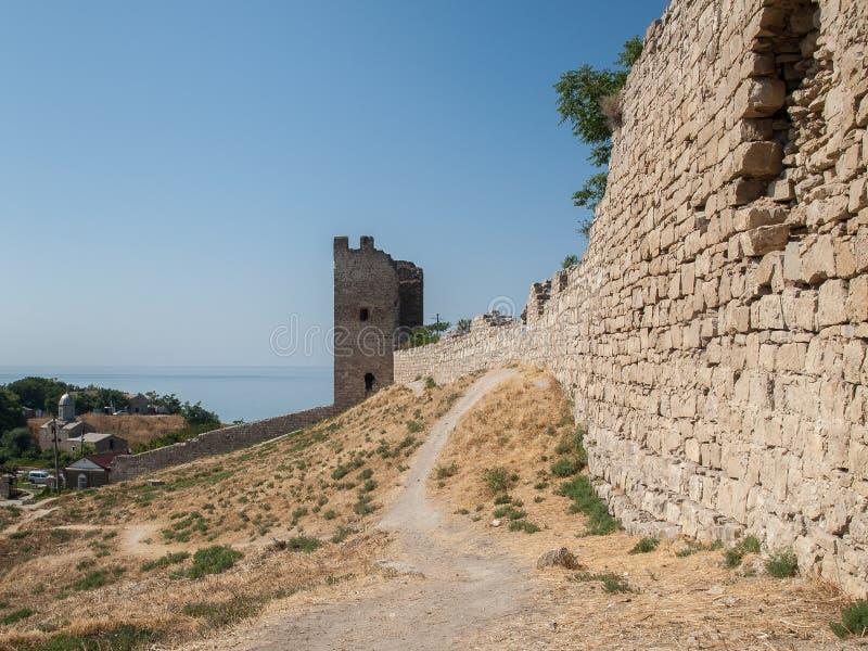 Stena tornet av en forntida fästning med att gränsa till varandra steniga väggar arkivbilder