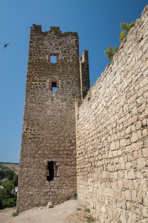 Stena tornet av en forntida fästning med att gränsa till varandra steniga väggar royaltyfri fotografi