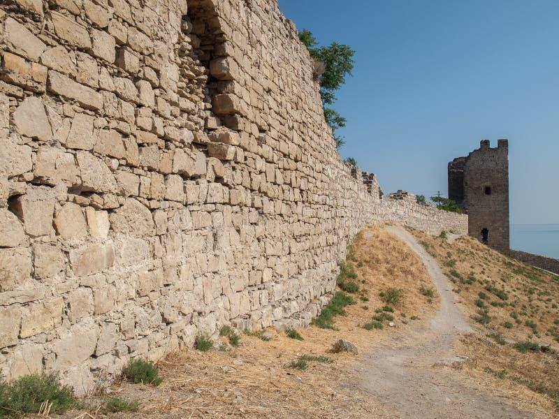 Stena tornet av en forntida fästning med att gränsa till varandra steniga väggar royaltyfria bilder