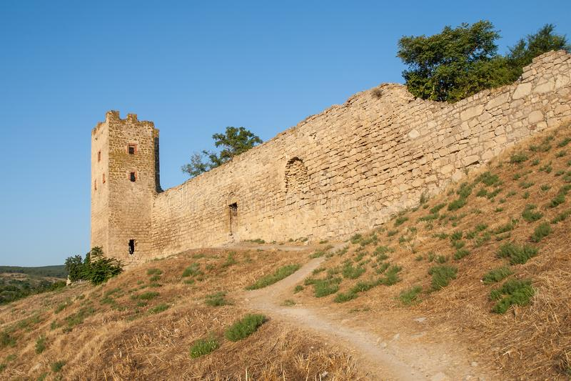 Stena tornet av en forntida fästning med att gränsa till varandra steniga väggar royaltyfri foto