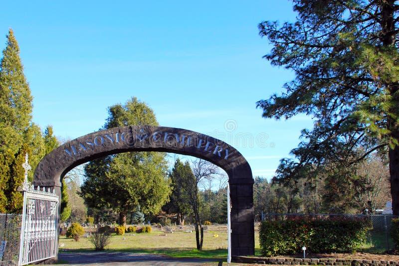 Stena valvgången på ingången till den frimurar- kyrkogården, Canyonville, Oregon arkivfoton