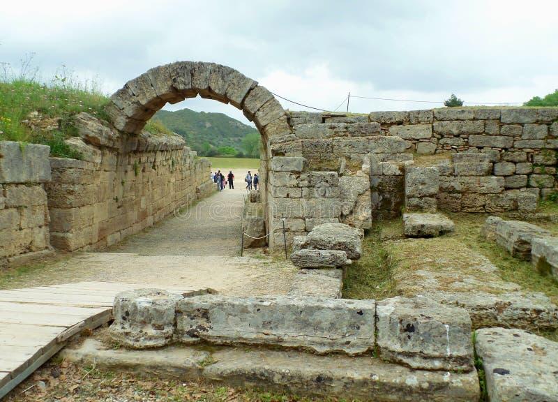 Stena valvgången som leder till den historiska stadion av den forntida Olympia, arkeologisk plats i Peloponnese, Grekland royaltyfri bild