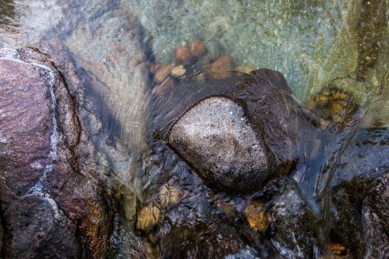 Stenar i den flödande floden royaltyfria bilder