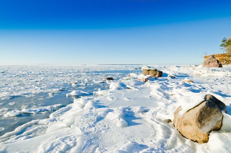 Stenar i is på Östersjön seglar utmed kusten royaltyfri foto
