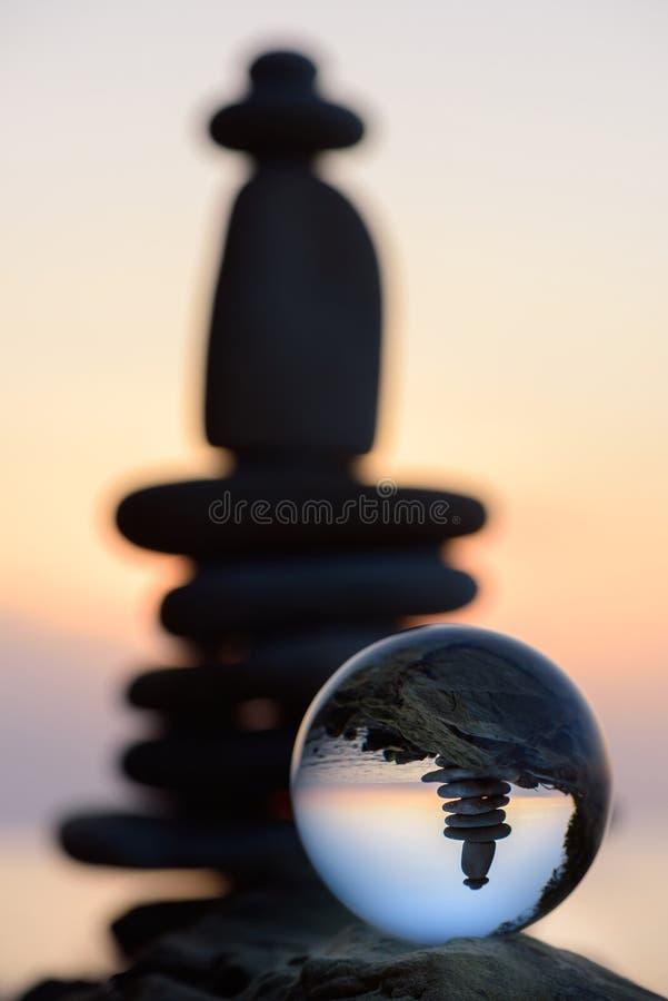 Stenar och kristallkula fotografering för bildbyråer