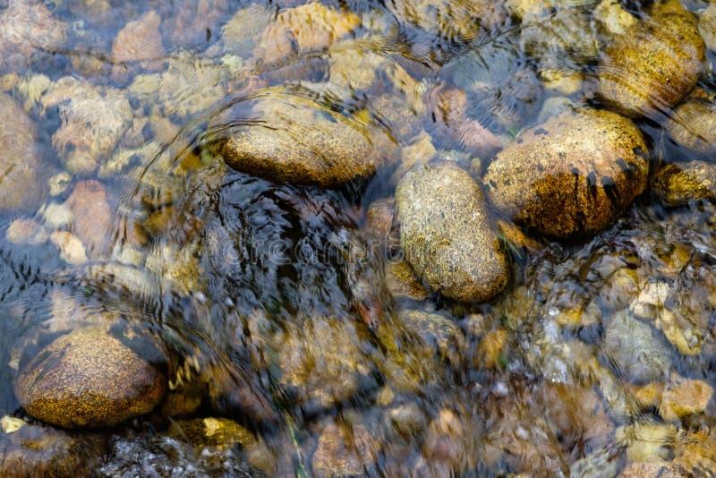 Stenar på flodbotten royaltyfria bilder