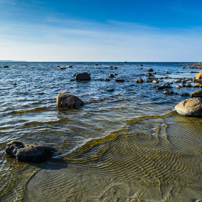 Stenar på kusten av Östersjön royaltyfri fotografi