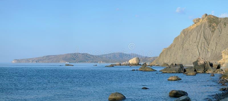Stenar på kusten och sikt på den Meganom halvön i Krim arkivbild