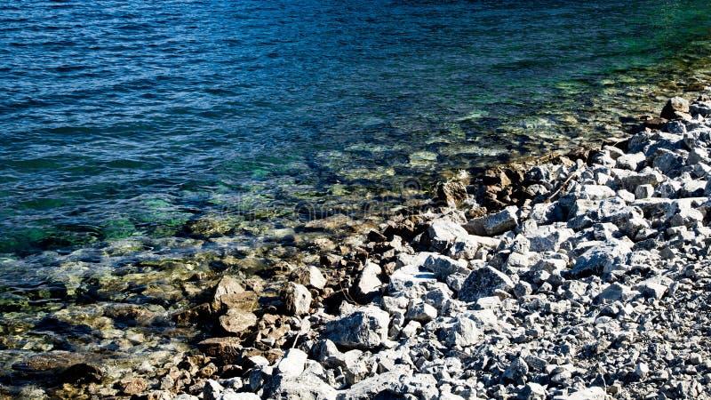 Stenar på lakesiden royaltyfri fotografi