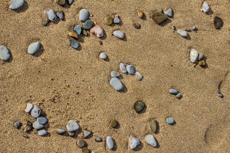 Stenar på sanden arkivfoton