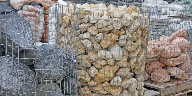 Stenar som dekorerar trädgårdarna som är till salu i sho för byggnadsmaterial arkivfoton